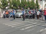 pengguna-jalan-dihentikan-untuk-nyanyi-lagu-indonesia-raya.jpg