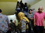 pengunjung-hotel-aria-gajayana-turun-melalui-tangga-ketika-gempa-67-sk-menggoncang-kota-malang.jpg