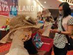 pengunjung-melihat-produk-karya-ikm-di-kota-malang-dalam-acara-workshop-kriya-dan-fashion.jpg