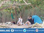 pengunjung-pantai-watu-leter-mendirikan-tenda-di-pinggir-pantai-pada-jumat-31-juli-2020.jpg