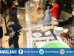 pengunjung-shangri-la-hotel-surabaya-memesan-makanan-menggunakan-stik.jpg
