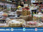 penjual-kue-lebaran-di-pasar-atom-surabaya.jpg