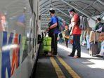 penumpang-ka-sri-tanjung-banyuwangi-stasiun-gubeng-surabaya.jpg