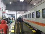 penumpang-ka-yang-ada-di-stasiun-kota-kediri.jpg
