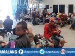 penumpang-menuju-bawean-terlantar-di-pelabuhan-gresik-jumat-22112019.jpg