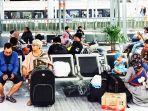 penumpang-menunggu-kedatngan-kereta-api-di-stasiun-gubeng-surabaya.jpg
