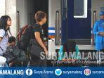 penumpang-menunggu-kereta-api-ka-di-stasiun-malang_20171214_180358.jpg