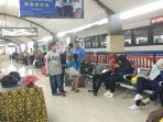 penumpang-menunggu-kereta-api-ka-di-stasiun-malang_20180610_183405.jpg