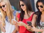 perempuan-melihat-smartphone-gadget-ponsel_20161004_120004.jpg
