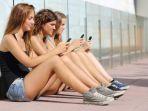 perempuan-wanita-gadis-main-smartphone_20170511_104256.jpg