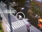 peristiwa-kecelakaan-truk-lindas-pengendara-terekam-cctv_20180312_193731.jpg
