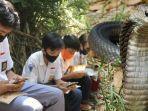perjuangan-4-siswa-untuk-sekolah-saat-pandemi-covid-19-harus-masuk-sarang-ular-demi-belajar-daring.jpg