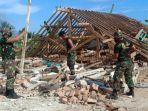 personel-korem-083baladhika-jaya-membersihkan-rumah-terdampak-gempa-di-malang.jpg