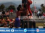 peserta-berlomba-memanjat-pinang-di-balai-kota-among-tani-kota-batu-minggu-1382017_20170813_131704.jpg