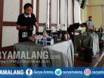 peserta-lomba-fun-manual-brew-meracik-kopi-di-balai-among-tani-kota-batu.jpg