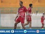 peter-odemwingie-saat-sesi-latihan-di-stadion-gelora-bangkalan_20170719_124014.jpg