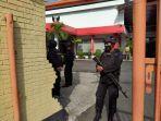 petugas-berjaga-di-halaman-kantor-dprd-kota-kediri-menyusul-penemuan-tas-hitam-mencurigakan.jpg