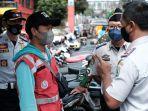 petugas-dinas-perhubungan-kota-batu-berinteraksi-dengan-juru-parkir.jpg