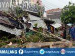petugas-dlh-kota-malang-saat-melakukan-proses-evakuasi-pohon-tumbang.jpg
