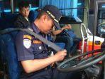 petugas-lakukan-pemeriksaan-armada-bus-di-terminal-tulungagung.jpg