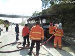 petugas-memadamkan-api-yang-membakar-minibus-di-jalan-tol-trans-jawa.jpg
