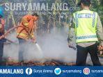petugas-memadamkan-kebakaran-di-desa-pangkatrejo-kecamatan-sugio-lamongan_20180906_143410.jpg