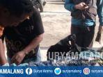 petugas-memeriksa-mayat-di-desa-jati-gunting-kecamatan-wonorejo-kabupaten-pasuruan.jpg