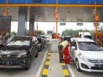 petugas-memeriksa-pengguna-jalan-pada-larangan-mudik-di-exit-tol-singosari-kabupaten-malang.jpg