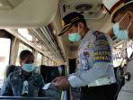 petugas-memeriksa-syarat-perjalanan-penumpang-bus-jarak-jauh-di-terminal-patria-kota-blitar.jpg