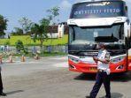 petugas-mengecek-bus-yang-baru-datang-di-terminal-tipe-a-patria-kota-blitar.jpg