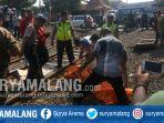 petugas-mengevakuasi-jenazah-korban-di-perlintasan-ka-margomulyo-tandes-surabaya_20170816_203241.jpg