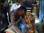 petugas-mengevakuasi-jenazah-warga-yang-tewas-di-tps-01-dukuh-daleman-kabupaten-klaten.jpg