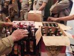 petugas-menyita-110-botol-minuman-beralkohol-dari-kafe-jalan-merbabu-kota-malang.jpg