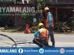 petugas-pln-memperbaiki-jaringan-listrik-di-jalan-kenari-kota-blitar.jpg