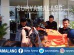 petugas-polrestabes-surabaya-melakukan-evakuasi-korban-di-apartemen-educity-pakuwon-city-surabaya_20180528_144937.jpg