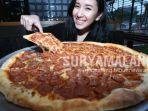 pizza-e-birra-surabaya-menyajikan-piza-raksasa-atau-giant-pizza-berukuran-sekitar-46-sentimeter.jpg
