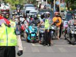 polisi-ajak-pengguna-jalan-nyanyikan-lagu-kebangsaan-indonesia-raya.jpg