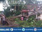 polisi-bersama-warga-membersihkan-pohon-tumbang-di-wilayah-ponggok-kabupaten-blitar.jpg