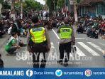 polisi-menenangkan-suporter-yang-berkumpul-di-perempatan-jalan-kelud-kota-blitar.jpg