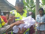polisi-mengevakuasi-mayat-bayi-di-musala-al-amin-poncokusumo-kabupaten-malang_20180122_095635.jpg