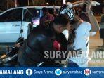 polisi-menggeledah-tubuh-dua-remaja-pengendara-motor-vario-150-nopol-m-1126-ba-di-bangkalan_20180916_155043.jpg