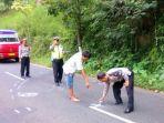 polisi-olah-tkp-kecelakaan-di-jalan-lebaksari-kecamatan-pujon-kabupaten-malang_20180411_203207.jpg
