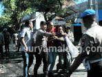 polisi-pamekasan-bentrok-lawan-massa-bawa-senjata-tajam-bambu-runcing-dan-batu.jpg
