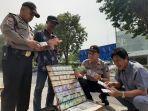 polisi-pastikan-keaslian-uang-pecahan-baru-di-jasa-penyedia-penukaran-di-gresik.jpg