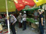 polisi-saat-bagikan-masker-di-pasar-giri-gresik-selasa-2042021.jpg