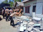 polisi-saat-berusaha-merobohkan-rumah-yang-sudah-rusak-akibat-gempa-di-lumajang.jpg