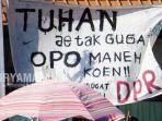 poster-demo-lucu-aksi-surabayamenggugat-di-depan-gedung-dprd-jatim-s.jpg