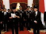presiden-soeharto-didampimpingi-bj-habibie-mengumumkan-pengunduran-diri-di-istana-merdeka-jakarta_20180521_152350.jpg