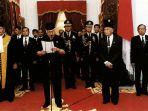 presiden-soeharto-saat-mengumumkan-pengunduran-diri-di-istana-merdeka-jakarta-21-mei-1998_20180522_142115.jpg