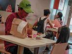 pria-dewasa-dan-gadis-cilik-makan-di-restoran_20180522_090712.jpg